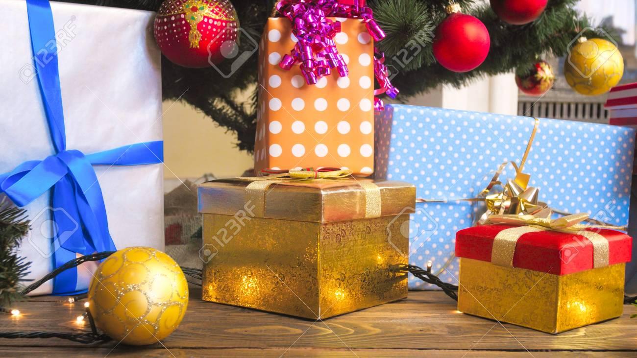 Weihnachtsgeschenkkästen Im Packpapier Und Im Bunten Flitter Am ...