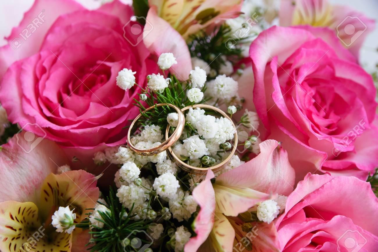 Zwei Goldene Hochzeit Ringe Auf Einem Schonen Blumenhintergrund