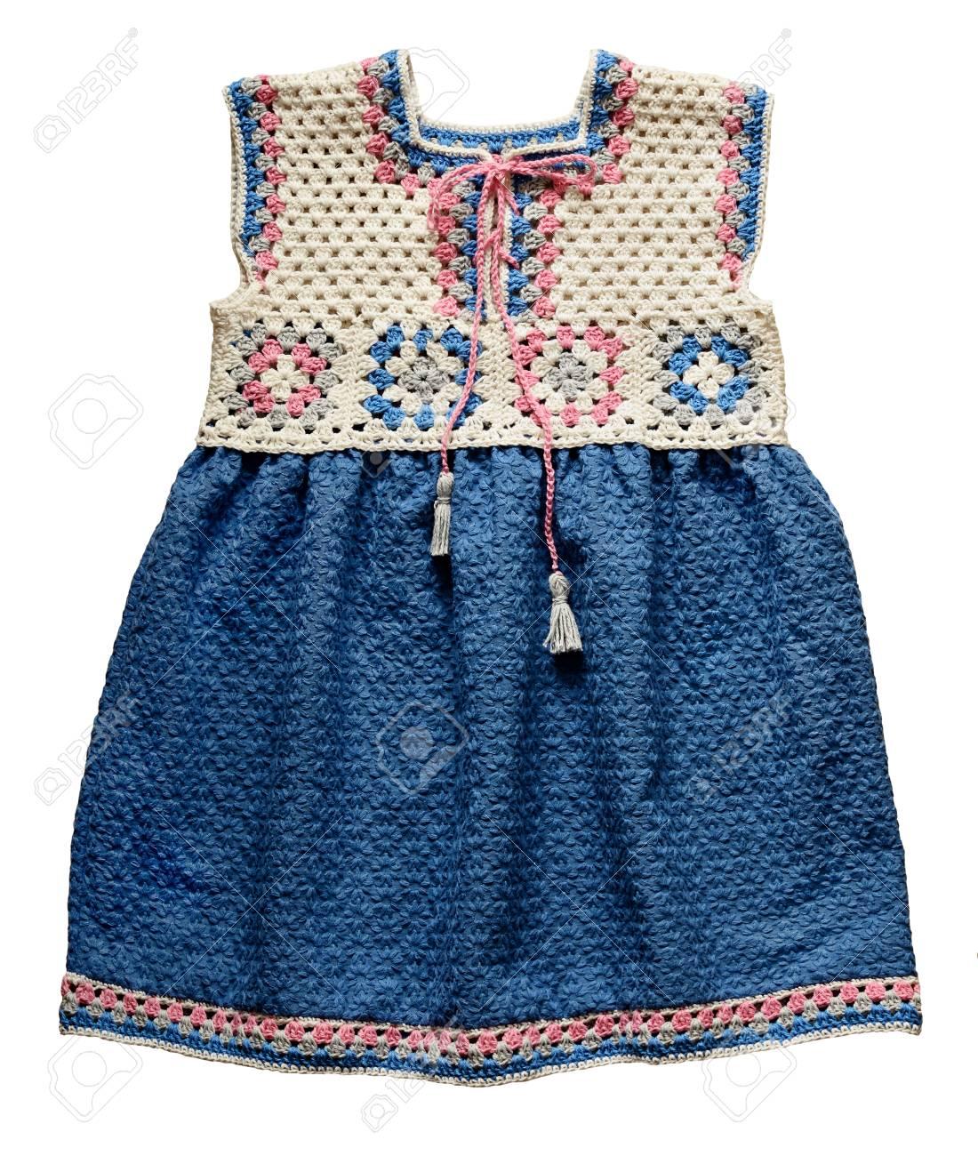 Robe Bébé En Crochet Avec Des Carrés De Grand Mère Et Un Tissu Brodé Bleu