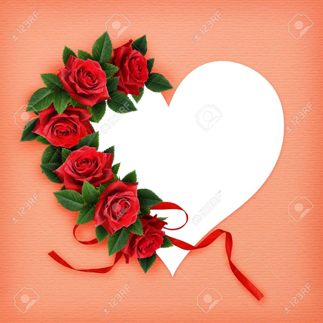 Rosa Roja Flores Y Tarjeta En Forma De Corazón Sobre Fondo De Papel