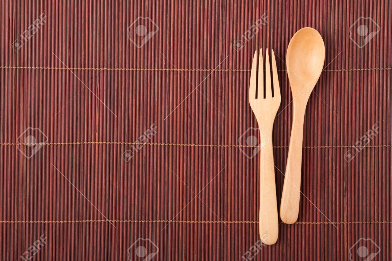 Cuillere Ustensiles De Cuisine En Bois Sur Fond De Tapis En Bambou