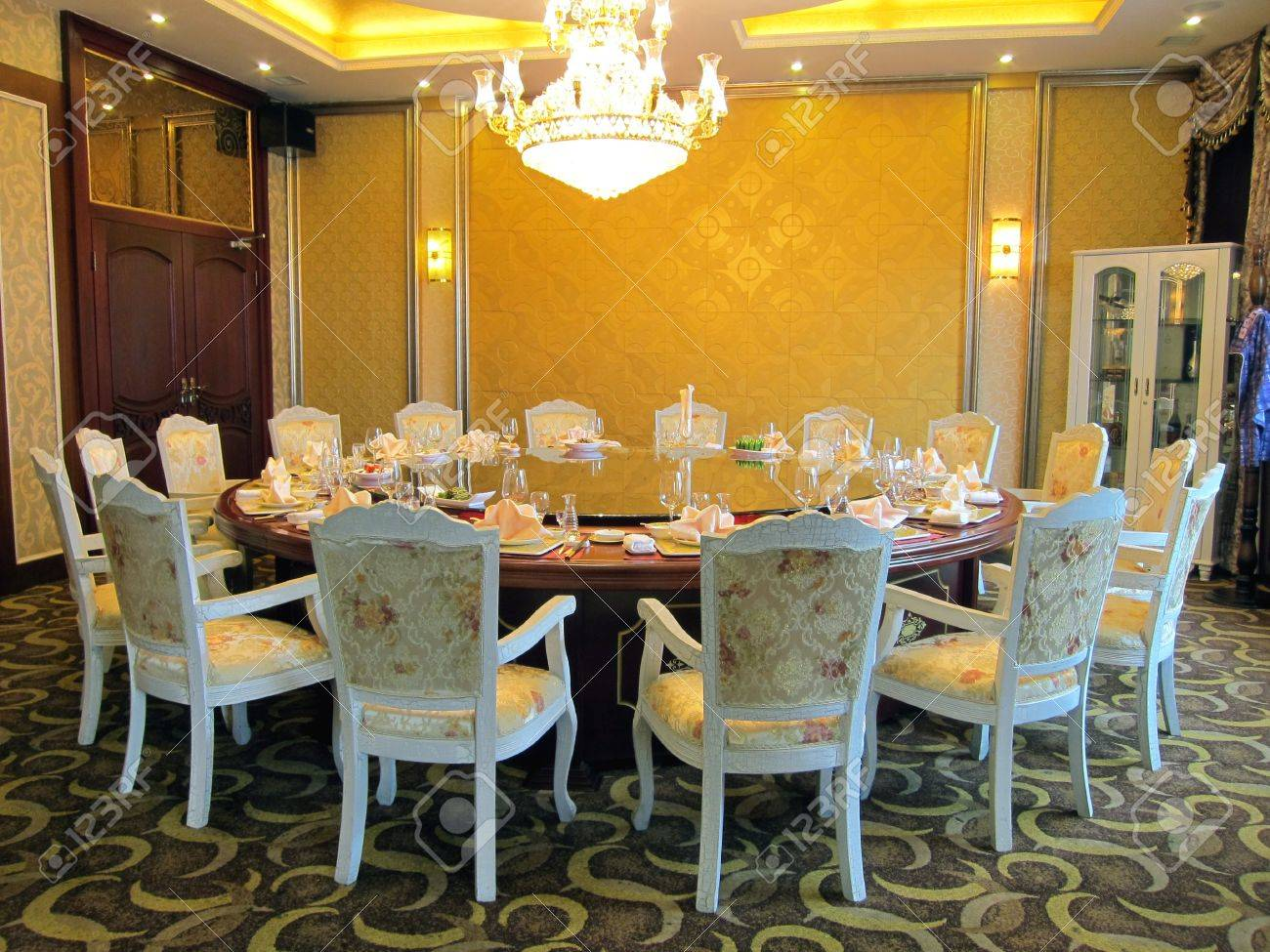 restaurant esszimmer mit großem tisch, schrank und kronleuchter