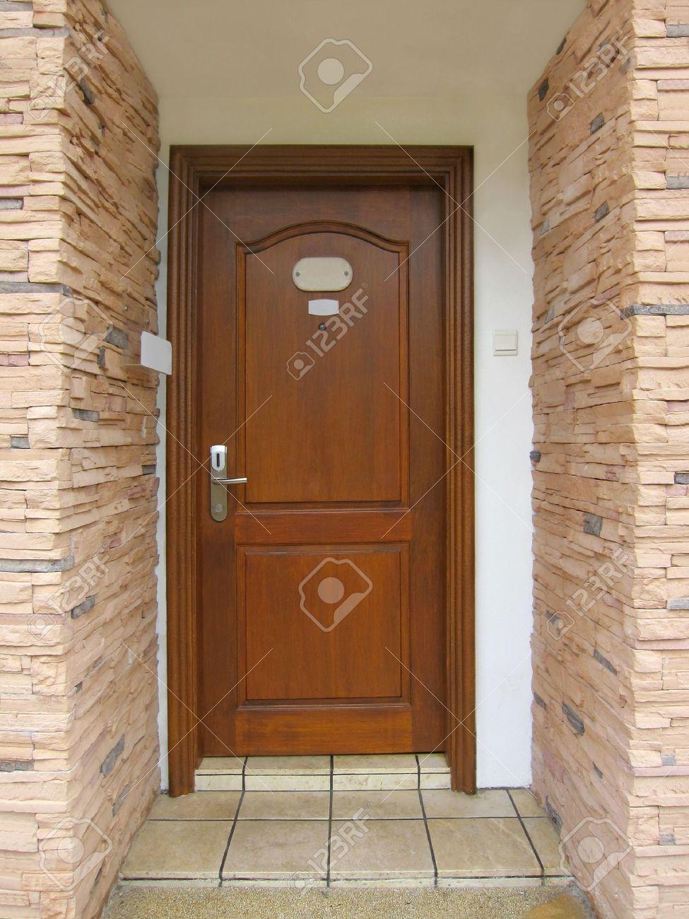 resorts puerta de madera entrada a la sala foto de archivo
