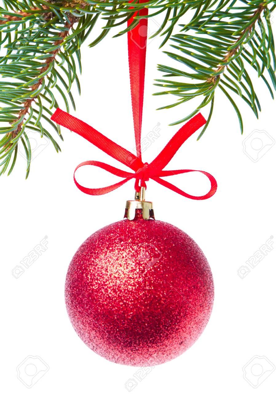 29953274286 Bola de Navidad rojo colgado de un árbol aislado en el fondo blanco Foto de  archivo