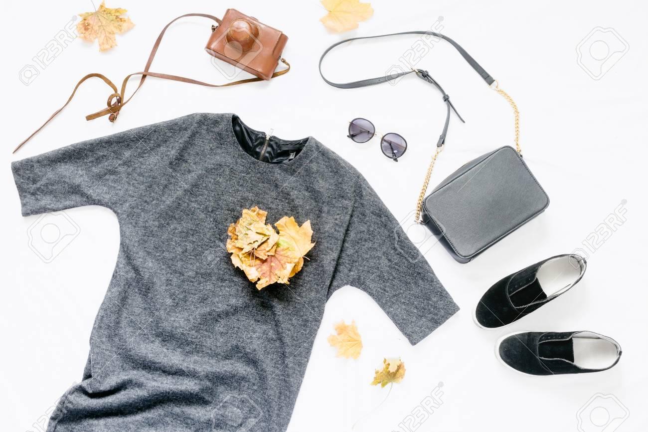 Définir Les Vêtements Automne Femme Sur Fond Blanc. Cadre De Robe, Lunettes  De Soleil, Baskets, Sac, Appareil Photo Vintage Et Feuilles D automne. 89e8d800438a