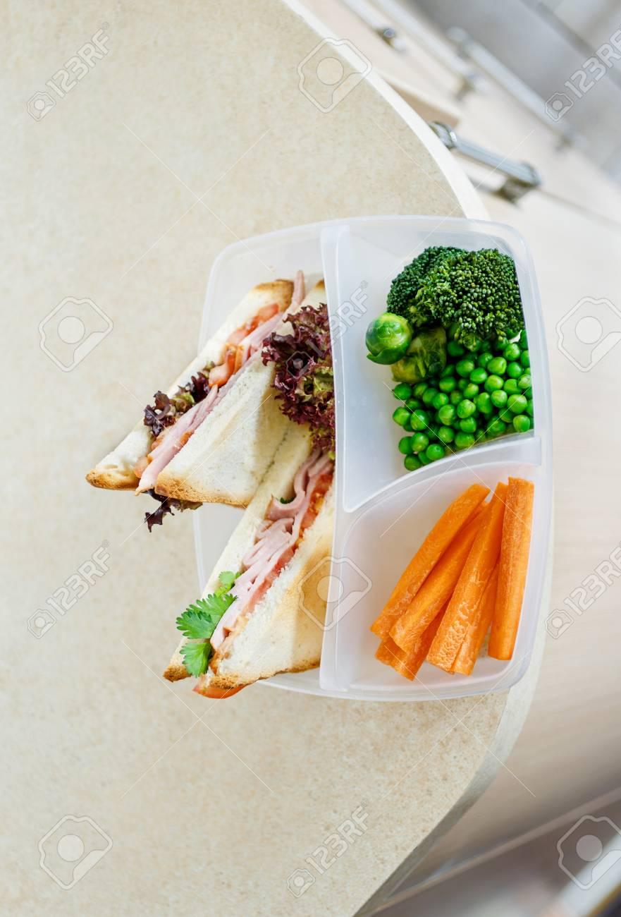 Cajas de almuerzo de la escuela sana con sándwich y verduras frescas en la  mesa de cocina de la cocina . concepto de alimentación saludable