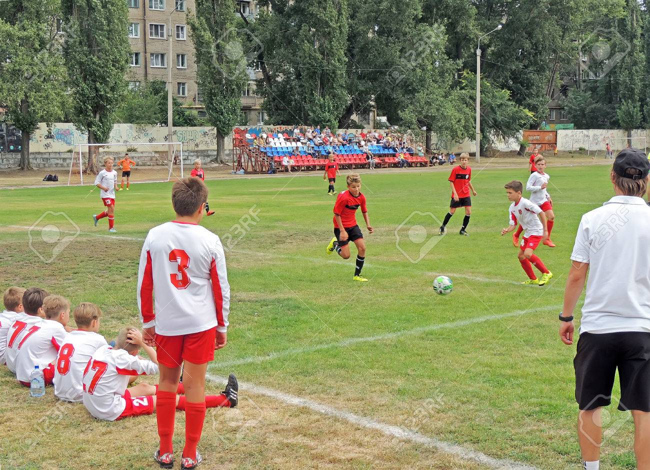 Immagini Di Calcio Per Bambini : Immagini stock ragazzi seduti sul prato benchwarmers guardare