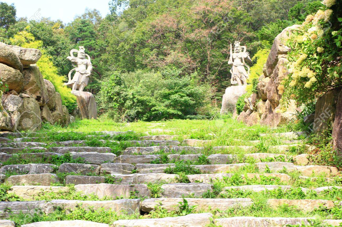 Aménagement paysager pierre naturelle dans le jardin avec escalier