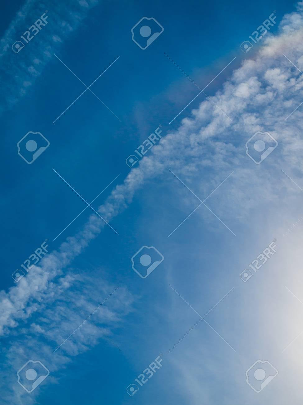 空風、空の背景の雲漂流します。...