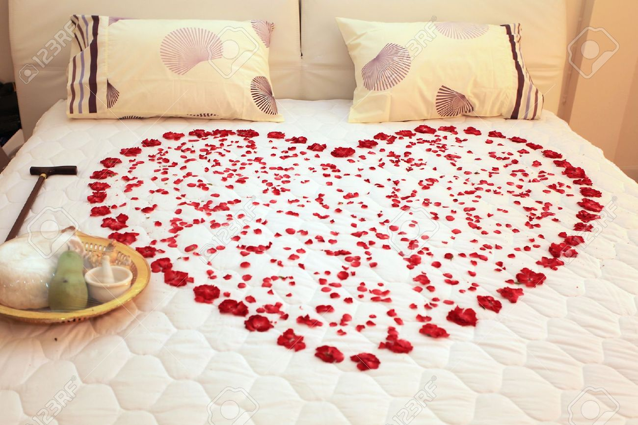Bed Met Rozen.Heart On A Bed Of Roses Stock Photo Picture And Royalty Free Image