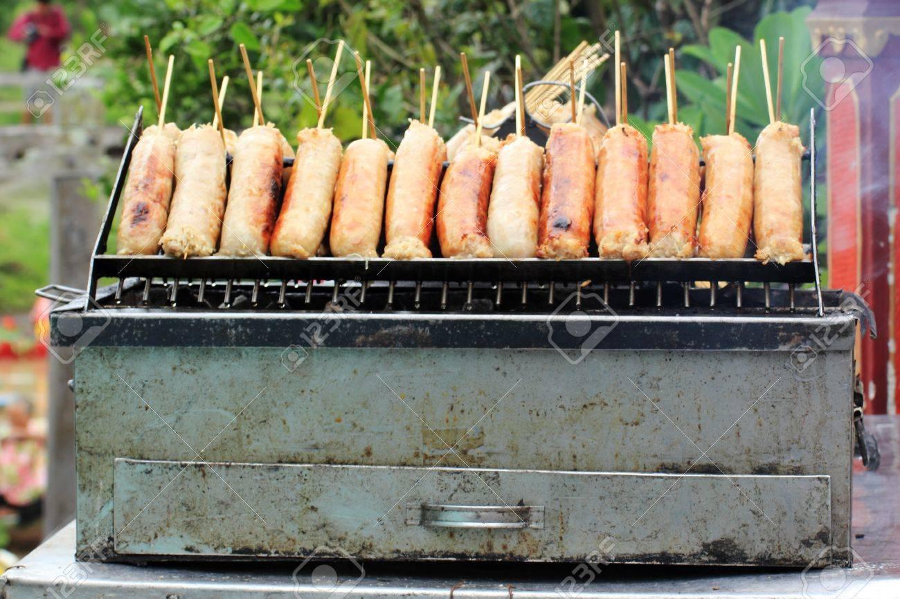 Grillades Saucisses Fraîches Sur Un Barbecue Fait Maison Dans Les - Photo barbecue fait maison