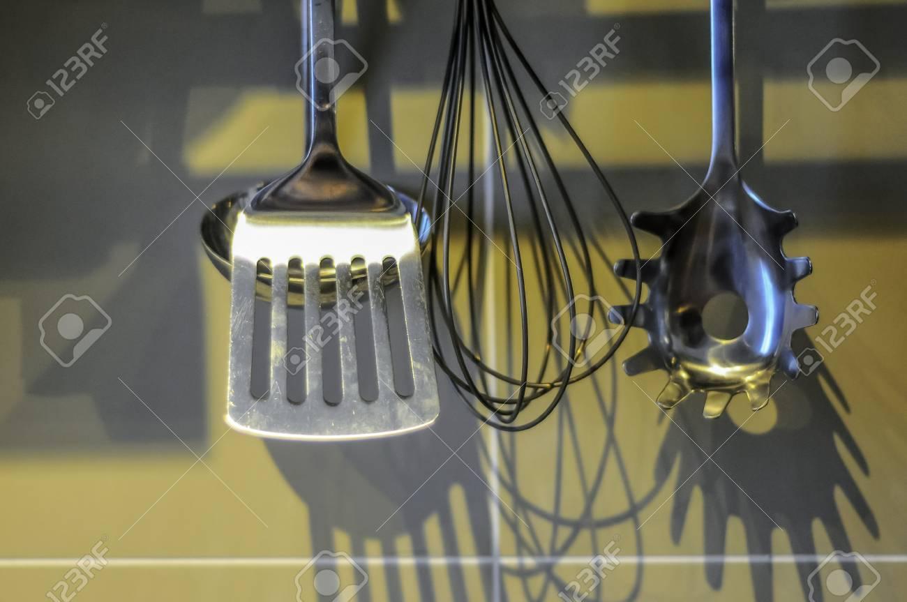 Kuchenwerkzeug An Der Kuchenwand Hangen Lizenzfreie Fotos Bilder