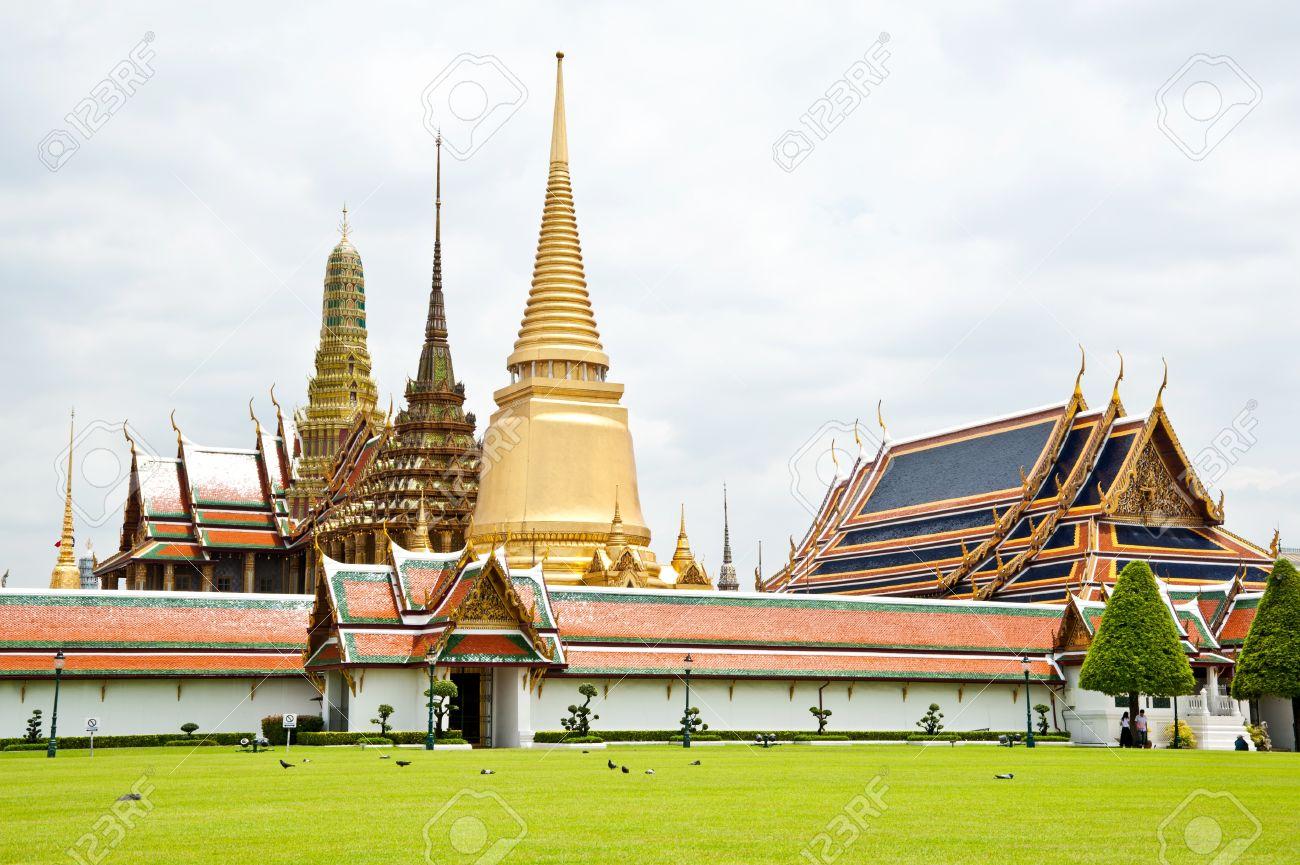 thai temple and nice sky Stock Photo - 11344568