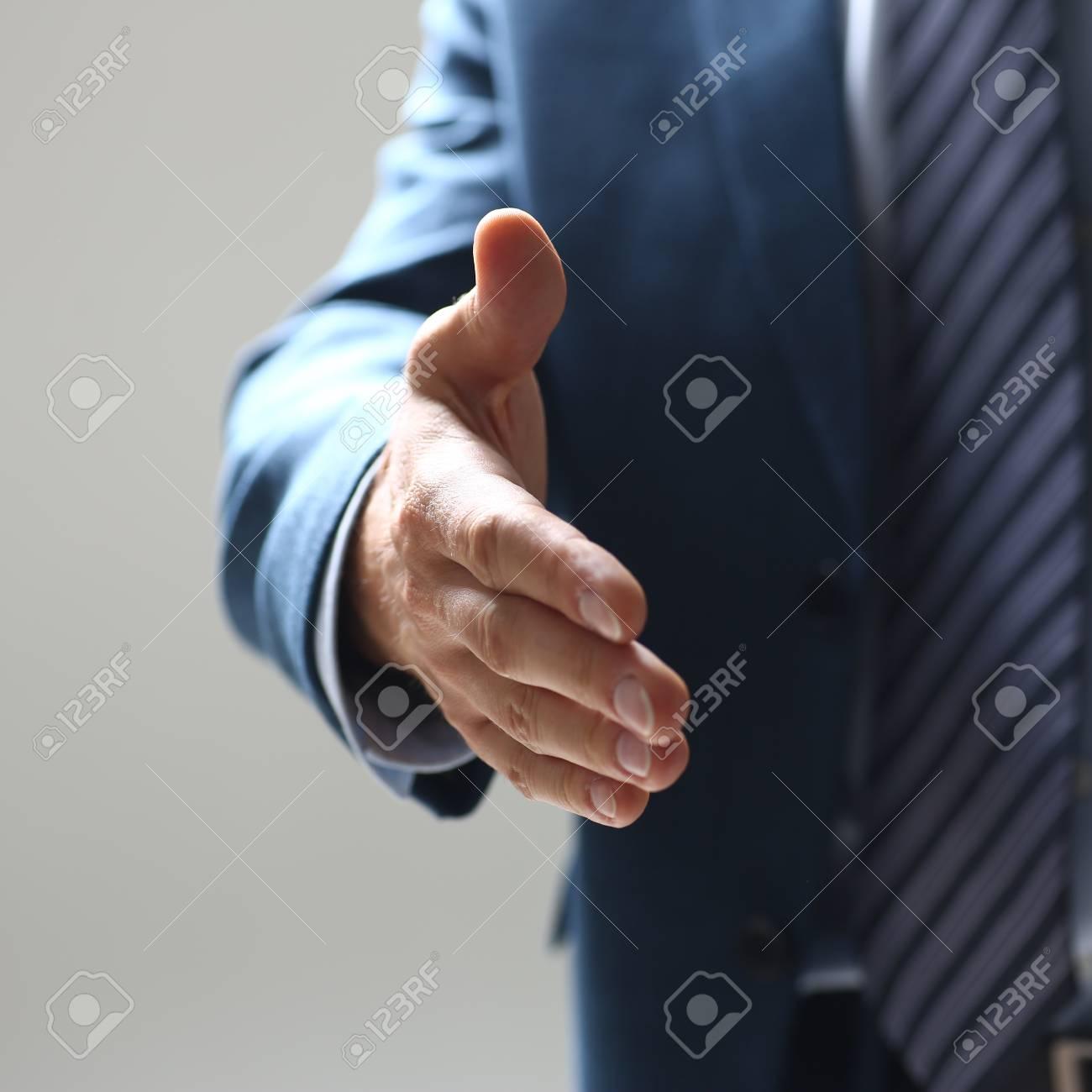 Geschäftsmann Angebot Hand Als Hallo In Office Closeup Zu Schütteln