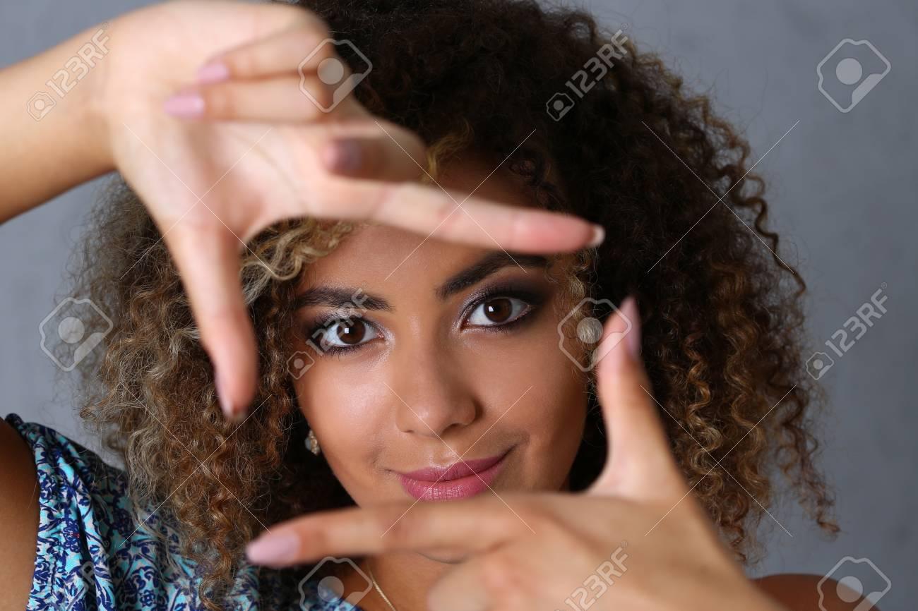 Schönes Porträt Der Schwarzen Frau. Sie Legte Ihre Hand Um Den ...