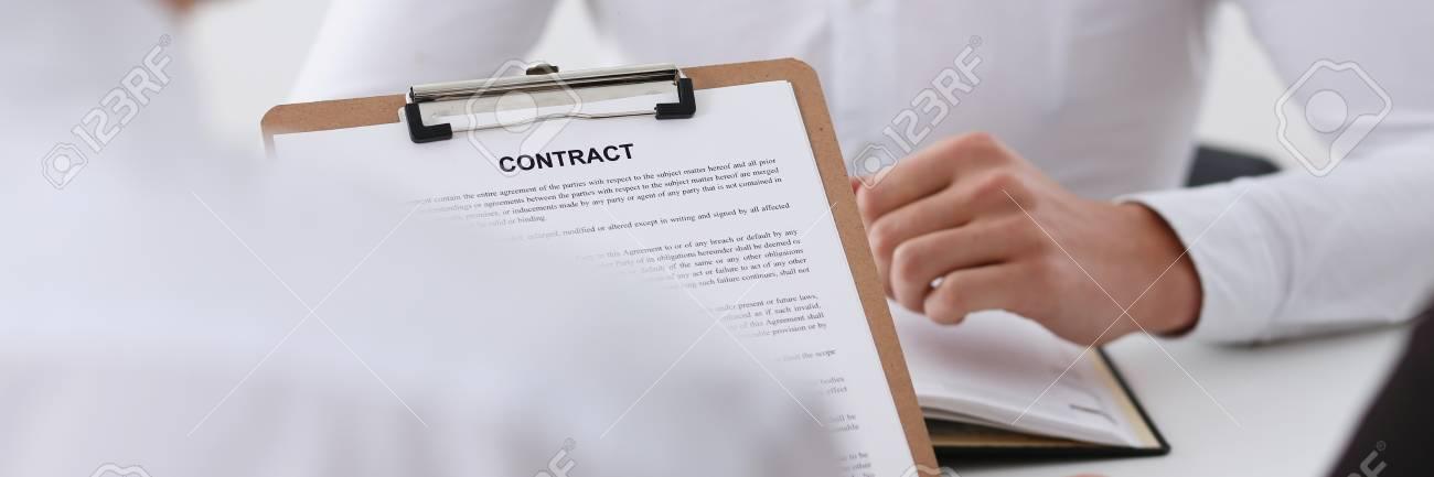 Männlicher Arm Im Hemd Bieten Vertragsformular Auf Klemmbrett An