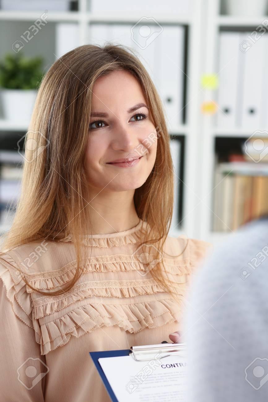 Lächelnde Frau Angebot Vertrag Form Lizenzfreie Fotos Bilder Und