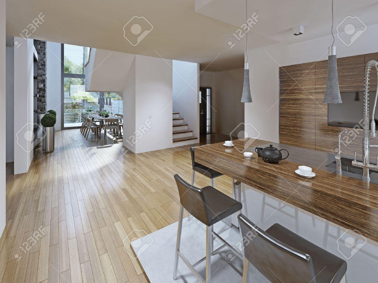 High-tech cucina con sala da pranzo in stile. Il bancone con sgabelli nero.  mobili da cucina è fatta nella texture di legno scuro a righe. Due piani ...