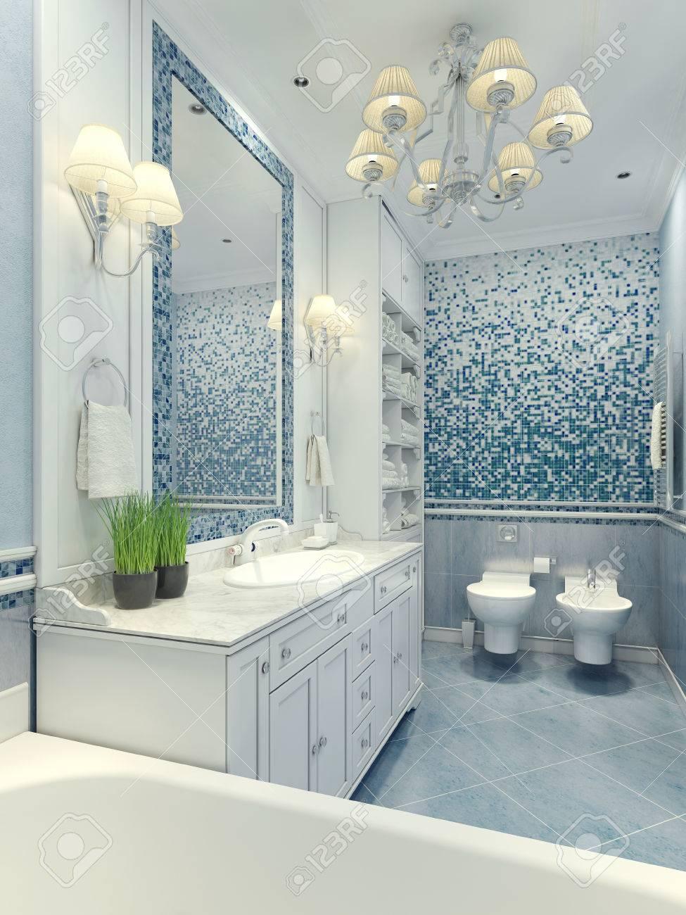 Helles Badezimmer Klassischen Stil. Luxus Kronleuchter, Spiegel, Weiße  Möbel Und Einbauspüle, WC