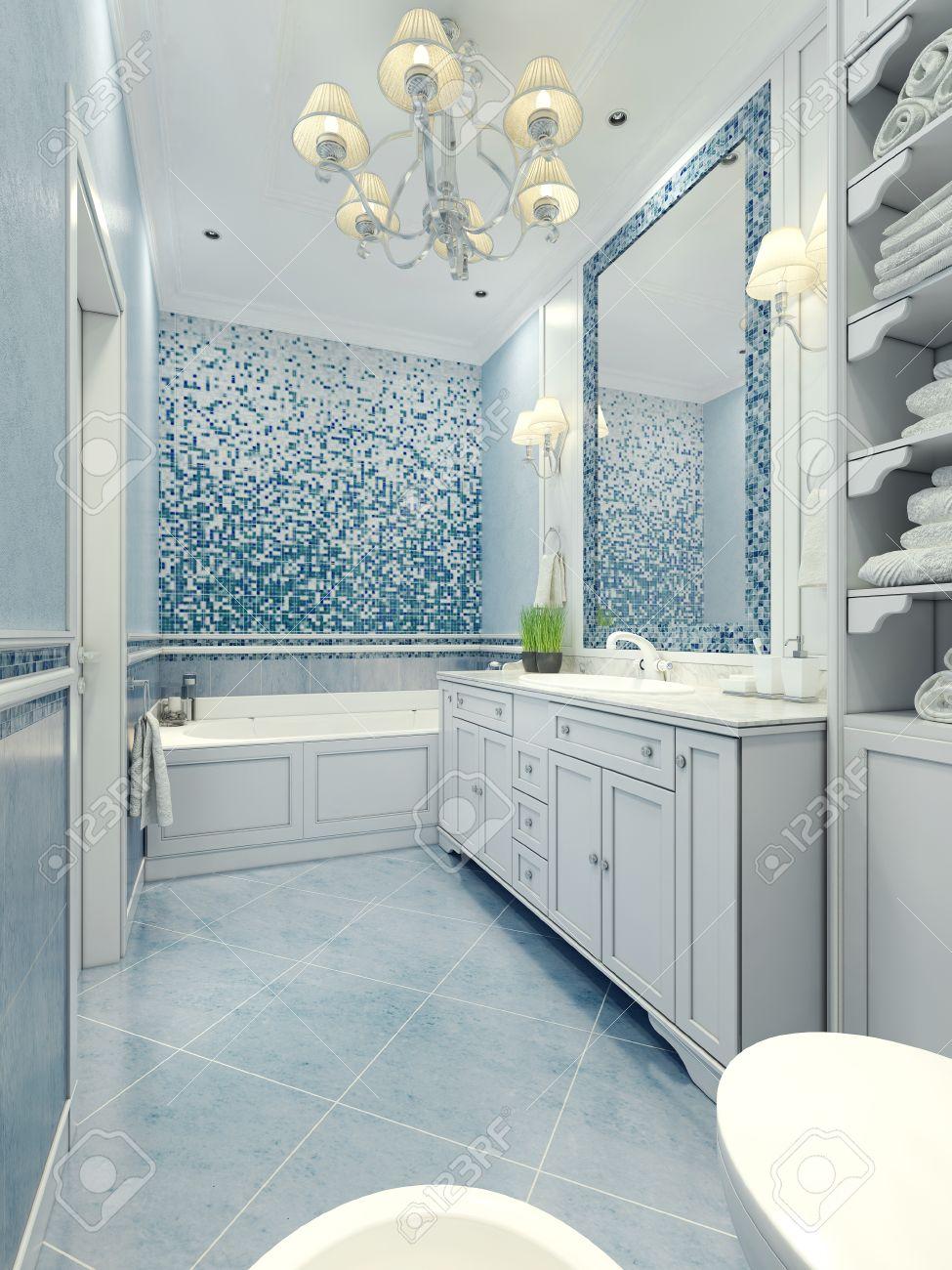Salle de bains de style Art déco. Salle de bains de long avec un mélange de  la tuile et de la lumière de plâtre couleur bleue. Mosaïque murale et ...