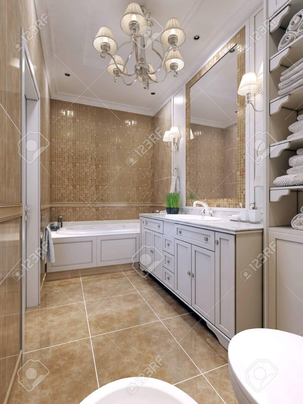 Salle de bains de style art déco. salle de bains classique avec des meubles  blancs, un grand miroir avec cadre en mosaïque. Double bougeoir au-dessus  ...