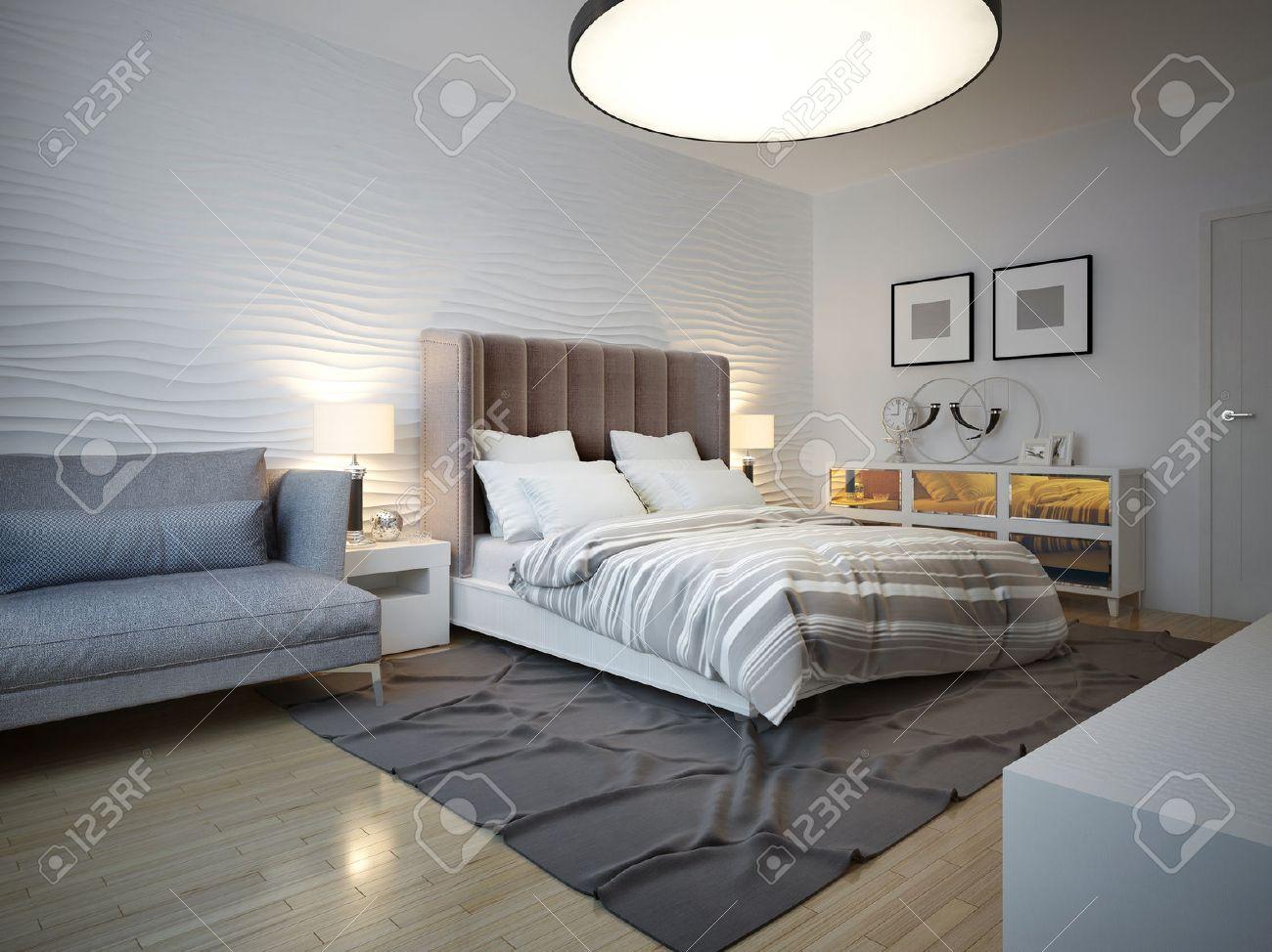 Chambre style art déco avec grande lampe de plafond. lit défait avec une  grande tête brune. mur de plâtre Wavy. 20D render