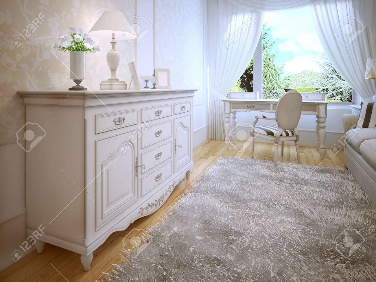 Comò bianco in camera da letto classica. pavimenti in parquet in ...