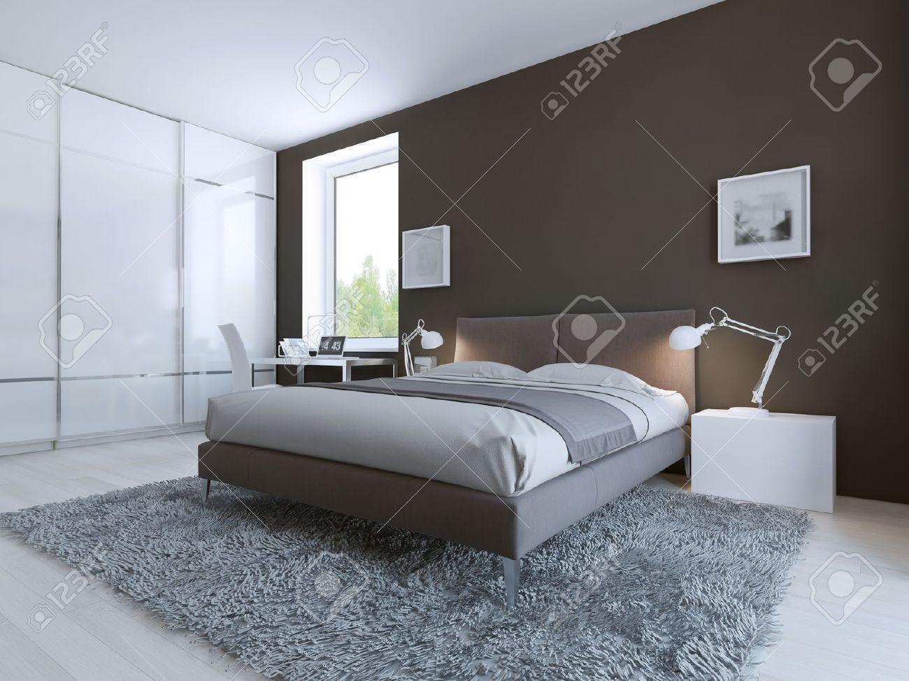 Minimalist Schlafzimmer Für Gute Erholung. Große Boden Schrank Mit  Schiebetüren Zum Ceilin. Weiße Laminatboden