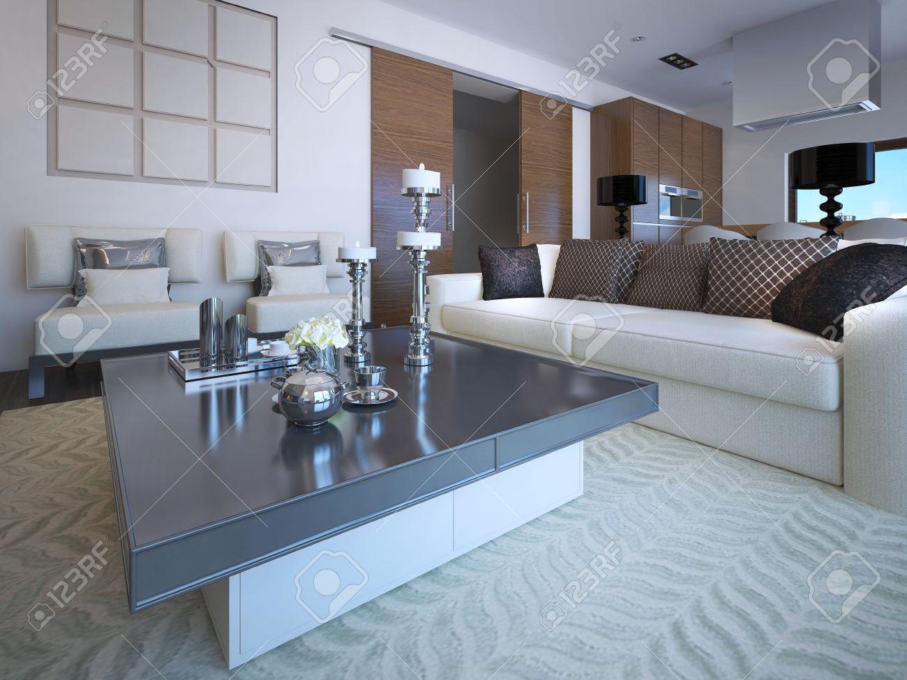 Salon studio de chambre dans un style néoclassique. Les meubles mou avec  beaucoup d\'oreillers, table basse avec de l\'ardoise comptoir mat. ...