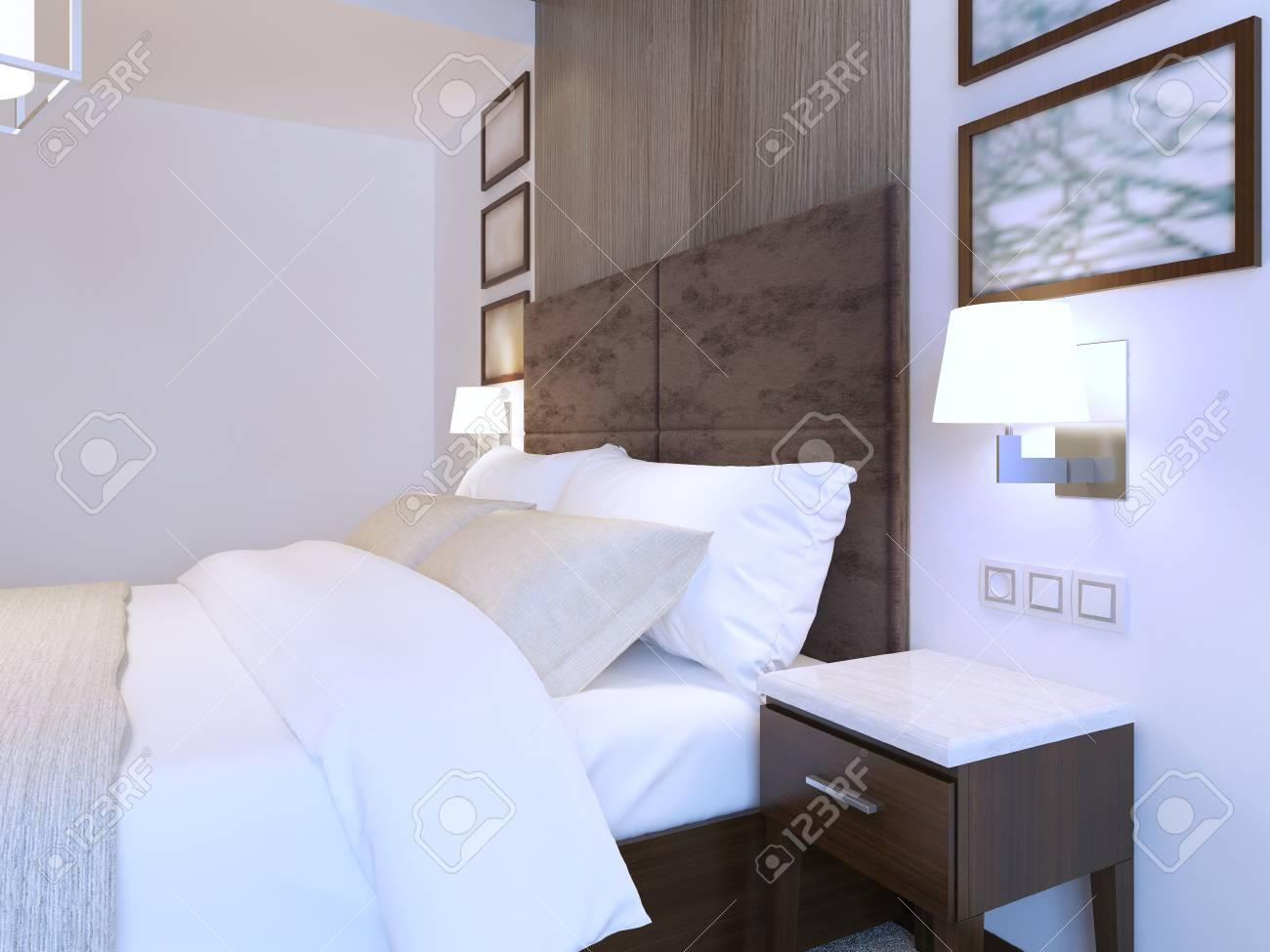 Lit double habillé dans la chambre à coucher moderne avec le thème blanc,  meubles bruns. Rendu 3D