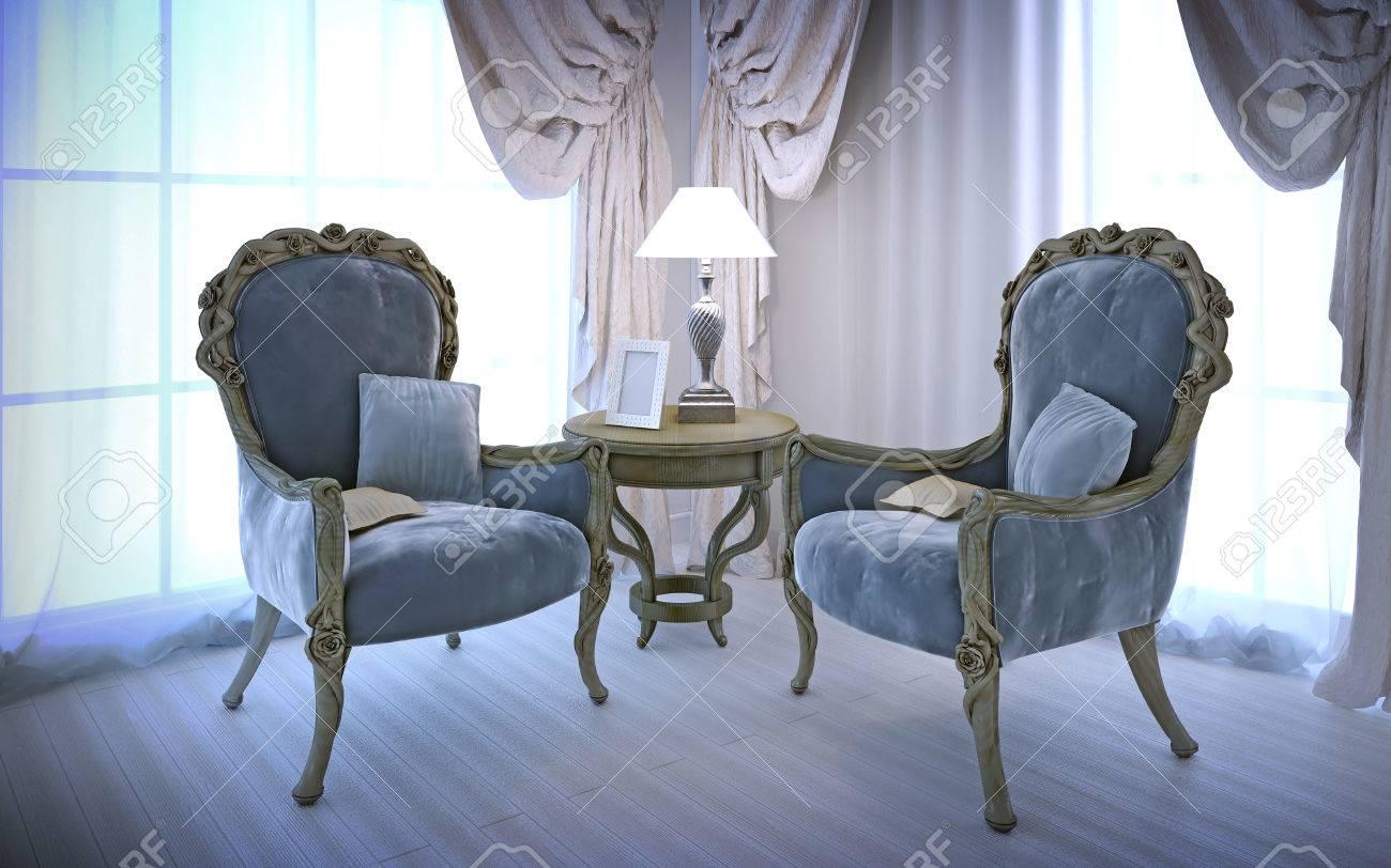 Elegante Stühle Im Antiken Stil. Zimmer Mit Großen Fenstern, Baumwolle Sahne  Vorhänge Und Weiße