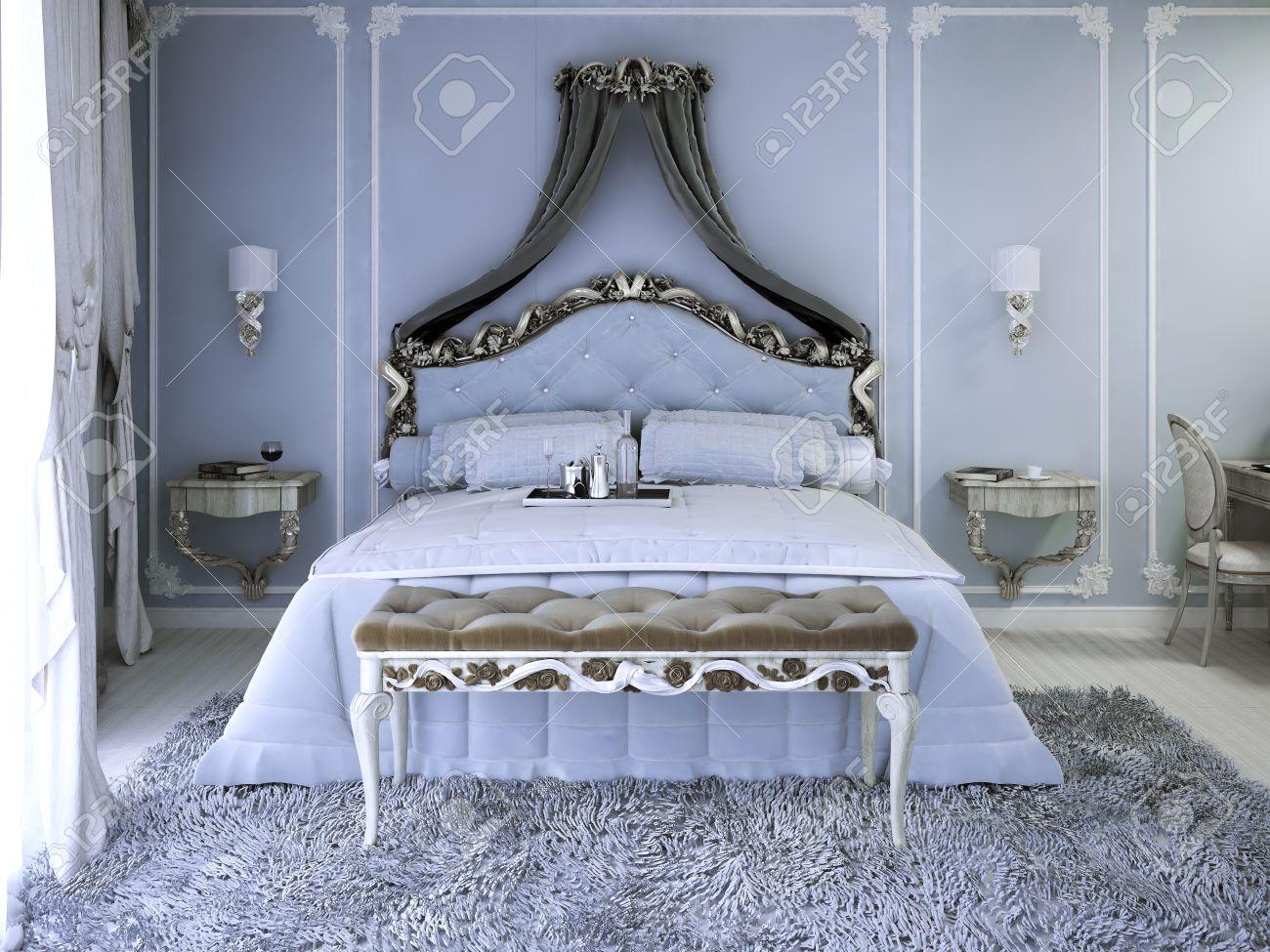 dubbele bed met gordijn in luxe royale slaapkamer met lichtblauwe muren tick pile