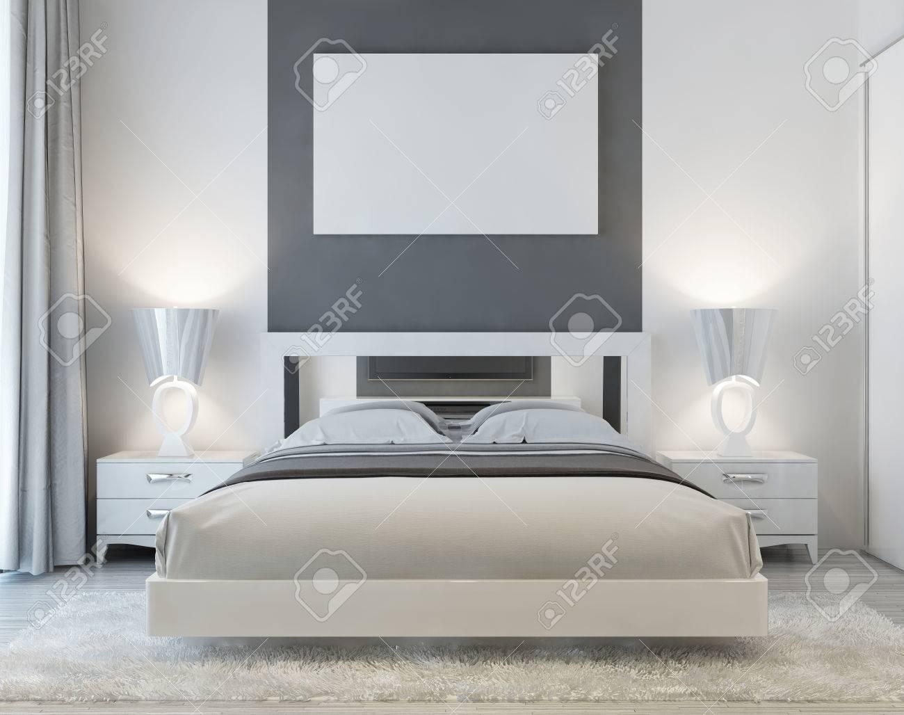 Vista frontale della camera da letto in stile Art Déco con poster Mocap sul  muro con due comodini e un tappeto shaggy bianco. Luce soffusa dalla ...