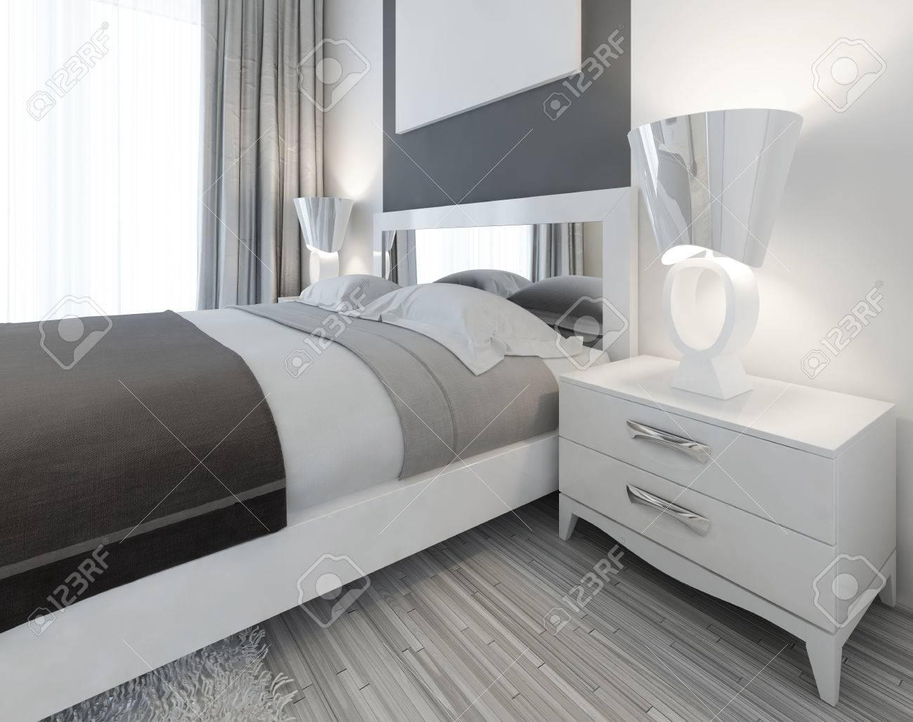 Moderne Weiße Nachttisch Mit Einer Lampe Am Bett In Einem ...