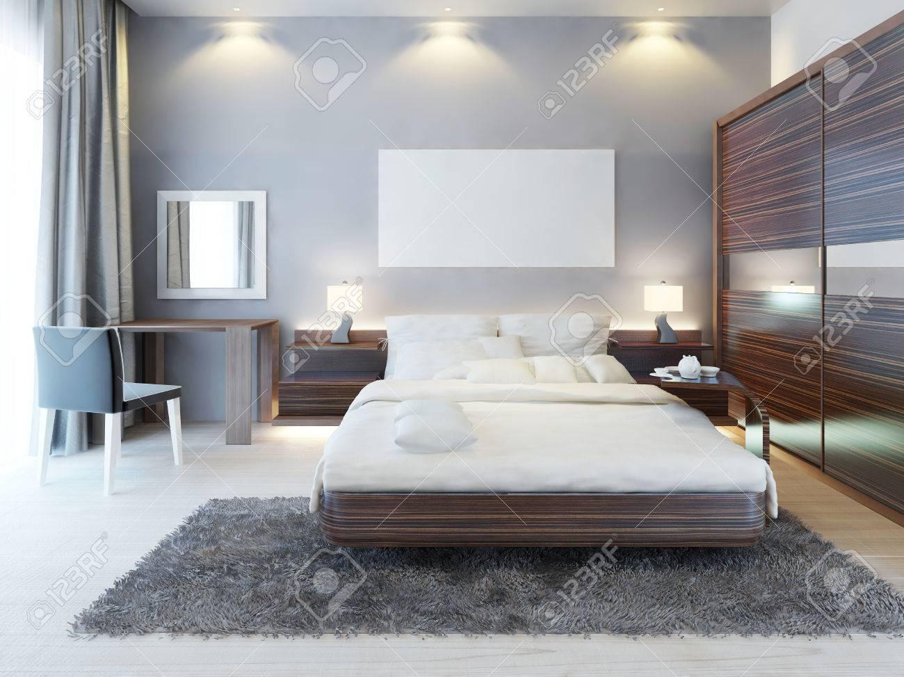 Vue de face de la chambre à coucher dans un style moderne. Un grand lit,  une coiffeuse avec une chaise et un grand placard coulissant. Au-dessus du  ...