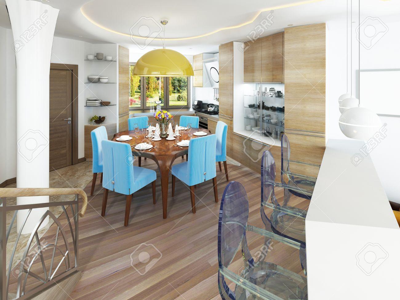 Moderne salle à manger avec cuisine dans un kitsch style branché. table  ronde avec des chaises bleues confortables. Et un grand lustre jaune sur la  ...