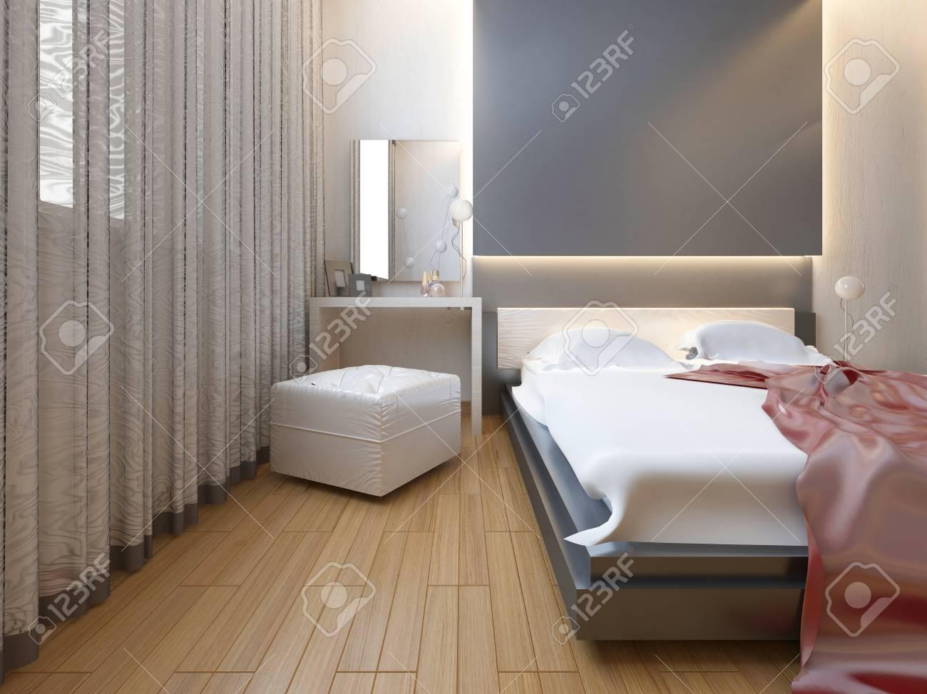 Schlafzimmer Im Orientalischen Stil Licht Mit Roten Und Gelben Blumen.  Schlafzimmer Mit Einem Großen Bett