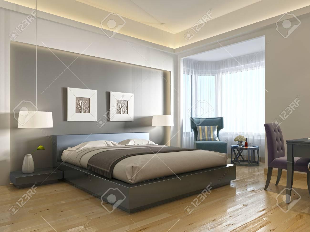 Chambre d\'hôtel moderne avec grand lit, style contemporain avec des  éléments de l\'art déco. Niche décorative dans le mur avec éclairage et  salle ...
