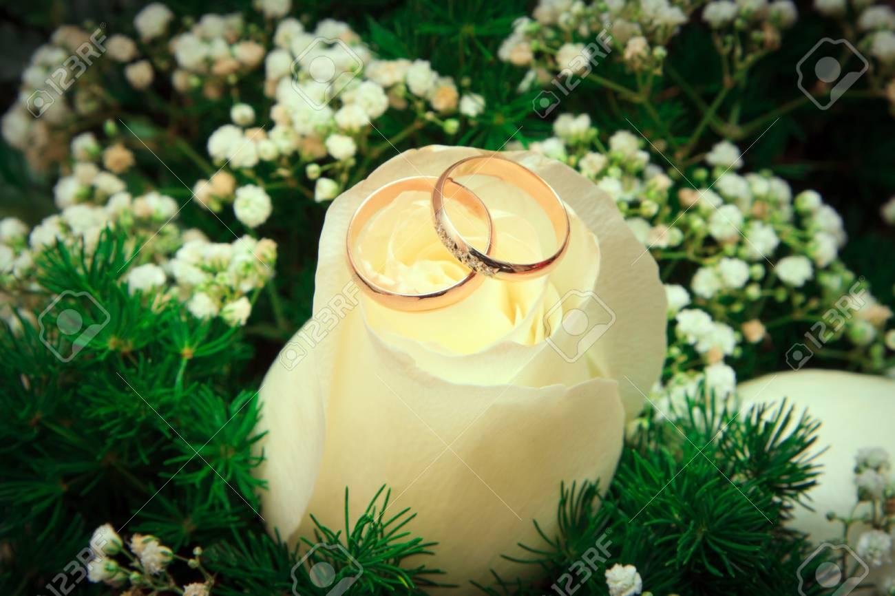 Goldene Hochzeit Ringe Mit Blumenstrauss Konzentrieren Sie Sich Auf