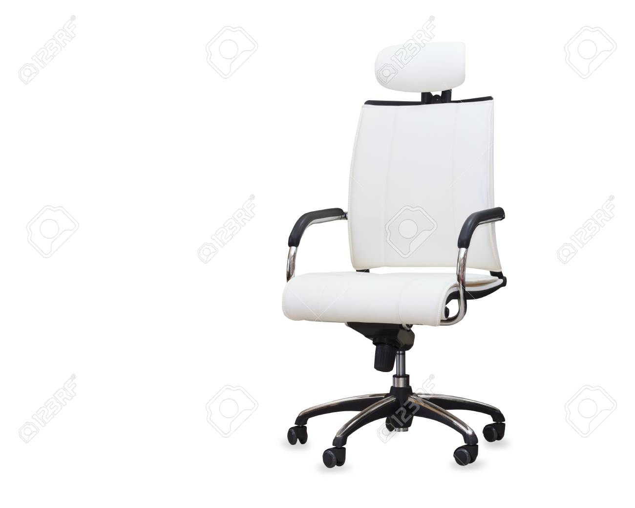 Moderna sedia da ufficio in pelle bianca isolato foto royalty