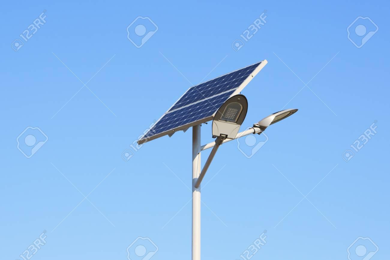 Los con paneles sobre lámpara azul el cielo la llevada solares JclK1F