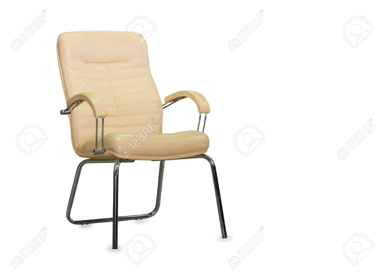 Moderna sedia da ufficio in pelle beige. isolato foto royalty free
