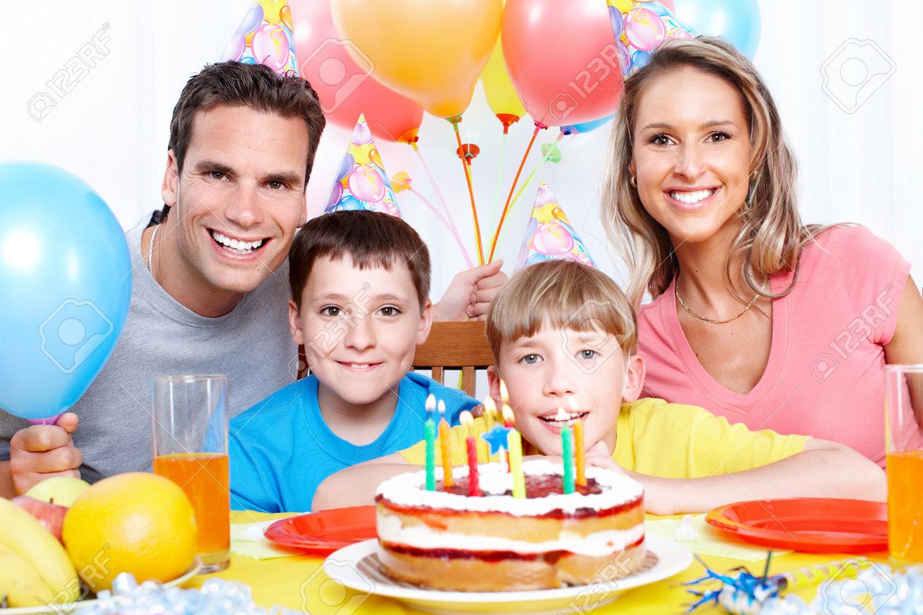Gluckliche Familie Vater Mutter Und Kinder Zu Hause Geburtstag