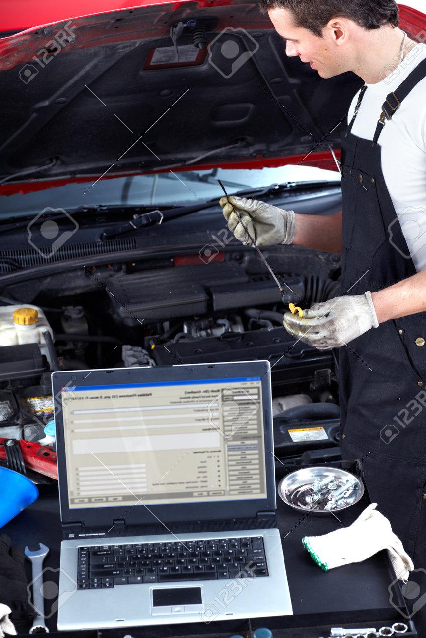 Auto-Mechaniker überprüft Öl Lizenzfreie Fotos, Bilder Und Stock ...