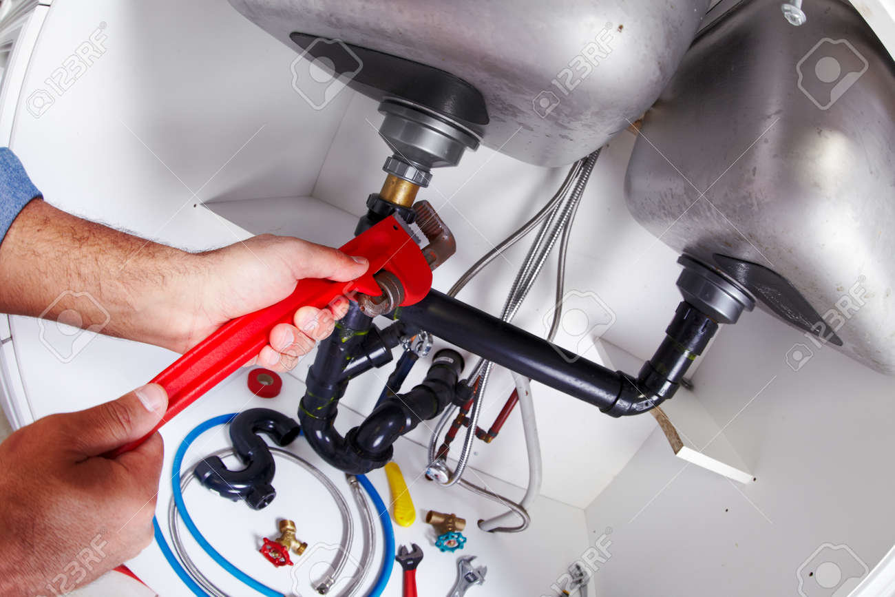 Klempner Hand Mit Einem Schraubenschlüssel. Klempner Renovierung  Hintergrund. Standard Bild   34975238