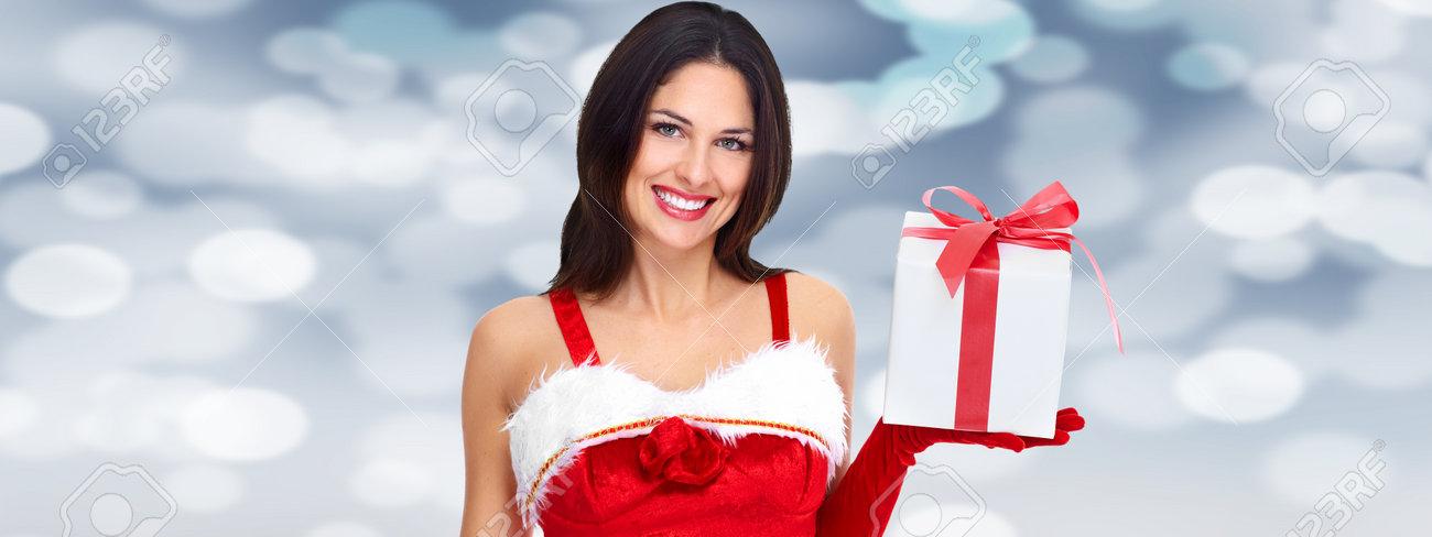 Schöne Frau Mit Weihnachtsgeschenk über Weihnachten Hintergrund ...