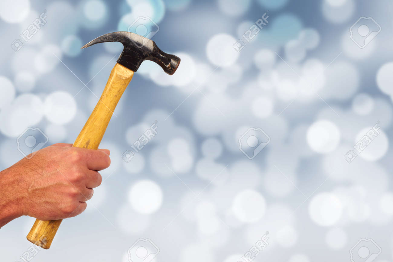Hand Der Handwerker Mit Einem Hammer. Haus Renovierung Und Bau.  Standard Bild