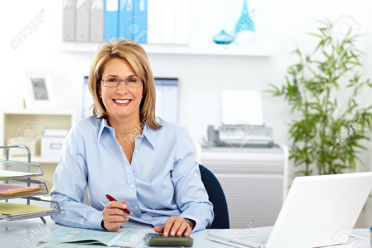近代的なオフィスで働く美しい成熟したビジネス女性。 ロイヤリティー