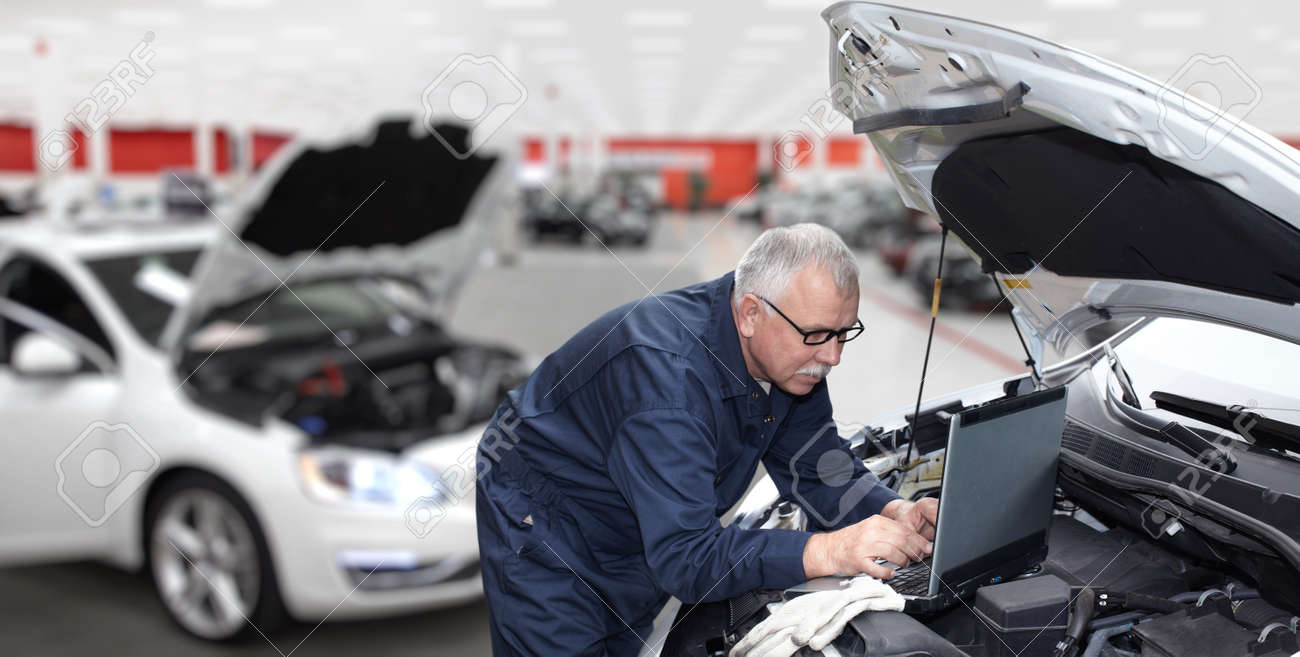 Auto-Mechaniker Überprüfung Motoren. Auto-Reparatur-Service ...