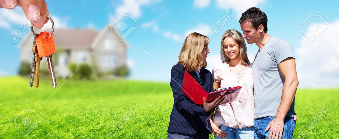 9db299105ae929 Agent immobilier femme près de nouvelle maison. Maison à vendre concept.